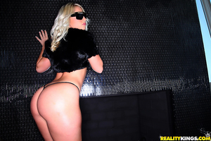 Шикарная развратная блондиночка с очень сочной задницей
