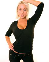 Молодая блонда с огромной грудью показала свои прелести