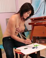 Молодая сучка рисовала и показывала свое шикарное тело