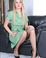 Блондиночка немного показала свое сексуальное тело