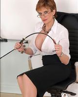 Грудастая порно-мамочка Леди Соня неплохо оголяется