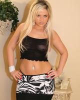 Длинноволосая блондинка в эротических фотографиях