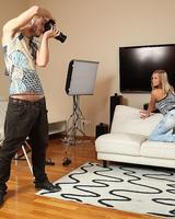 Молодой фотограф оттрахает пышногрудую модель на фотосессии