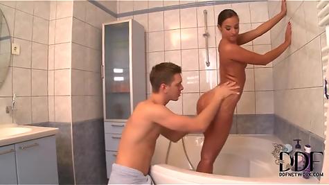 Парень выебал прелестную сучку в задницу прямо в ванной