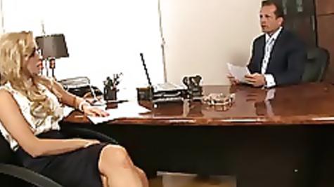 В три отверстия начальник выебал роскошную секретаршу