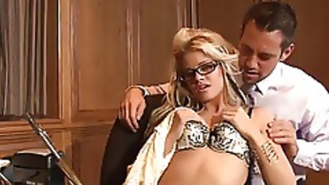 Хитрожопый мужик раскрутил секретаршу на жаркую еблю