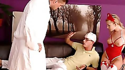 Жаркая оргия: пациент вместе с врачом отжарил медсестру