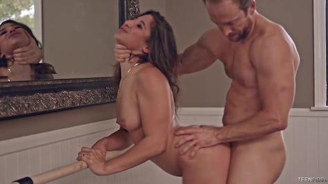 Накаченный самец помогает сучке держать себя в форме