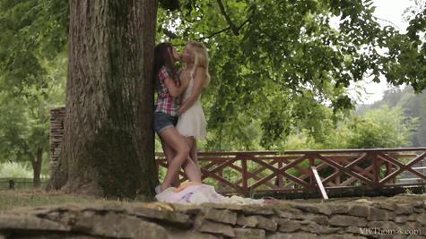 На природе две крошки занимались лесбиянским сексом