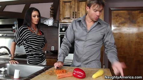 Грудастая распутница поебалась с блядуном на кухне