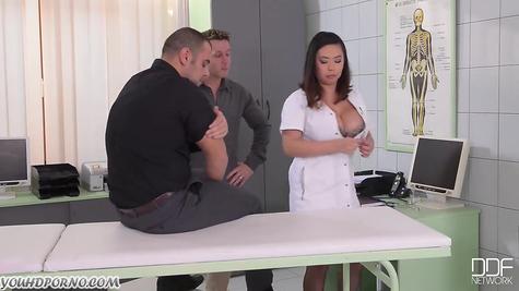 Сексуальная докторша и ее жестокая ебля с двумя самцами