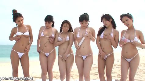 На пляже цыпочки поигрались с вибраторами и фаллоимитаторами