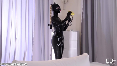 A bitch in a leather outfit was punished by a blonde with a whip and hands