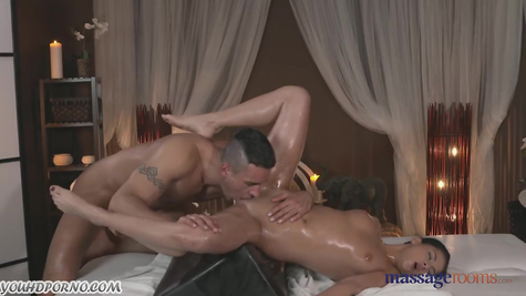 Жаркий массаж, который перетек в увлекательный секс