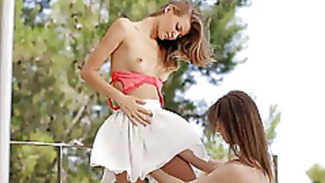 Две сексуальные девушки предались страсти на улице