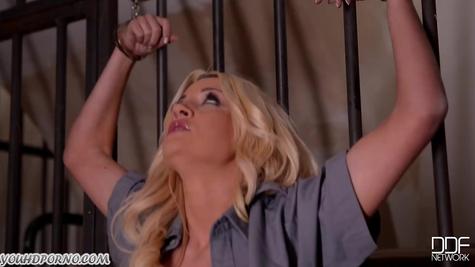 Закованная блондиночка получила фаллоимитатором по отверстиям