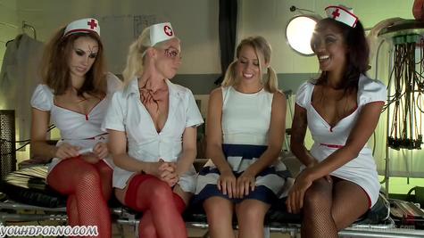 Распутные медсестры мощно отхардкорили податливую телочку