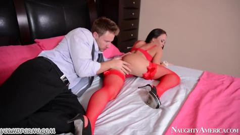 Шикарная дамочка в сексуальном красном белье отдалась парню