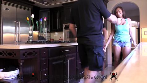 Девушка с длинными волосами и большими сиськами трахается с приятелем на кухне
