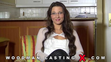 Длинноволосая девушка Джули пришла к Вудману на порно кастинг