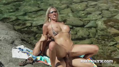 На скалах у моря самец милф мощно трахает