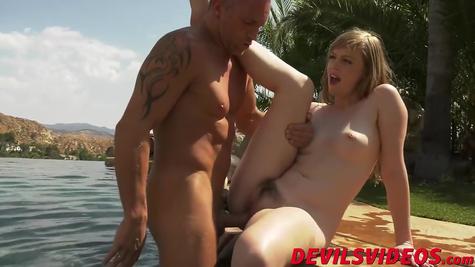 Мокрый секс, в море и на берегу телку ебет опытный самец