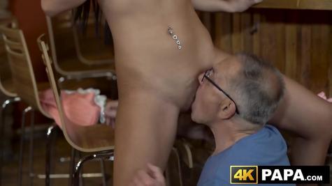 Старик с молодой девкой - отличный секс