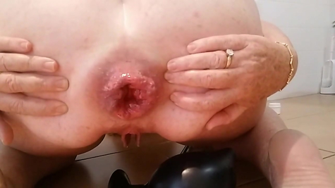 Pomp mature pumping her anal hole