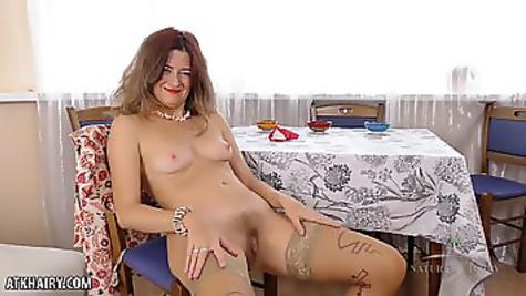 Волосатая пизда зрелой женщины любит мастурбацию