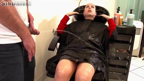 Парикмахер мочится на клиентку – фетиш порно