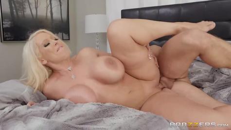 Очень  сиськастую  порно маму молодой жарко трахает