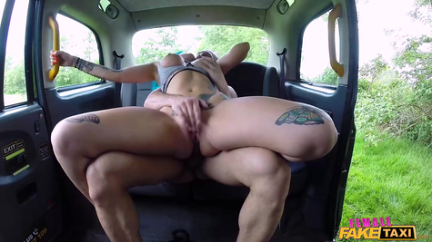 In a car, fucks a working hot skin in the anal hole