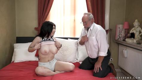 Старик грудастую телочку разводит на секс