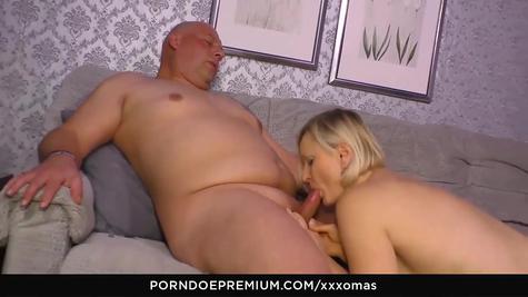 Немецкую шкуру мамашу отлично трахает жирный мужик