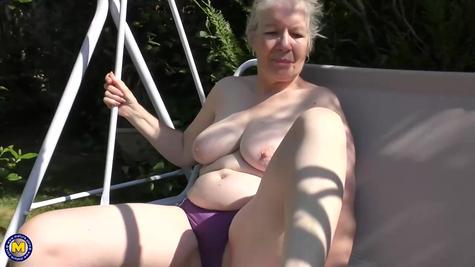 Старая баба раздевается и тело показывает