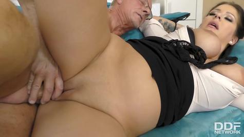 Дедок занимается сексом с сиськастой зрелой телочкой