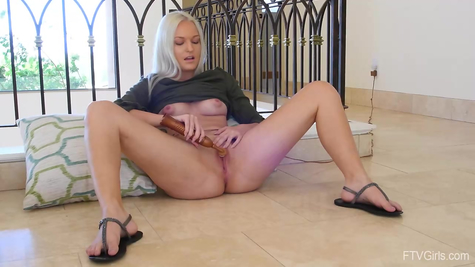 Блондиночка мастурбирует писечку