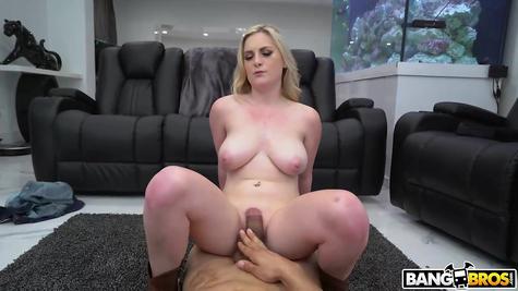 Полирует грудастую бабу большим пенисом