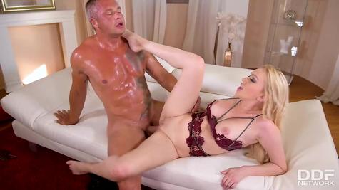 Сучка блондиночка с опытным мужиком ебется