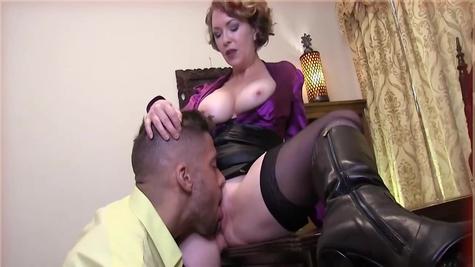 Долбежка зрелой женщины с молодым членом