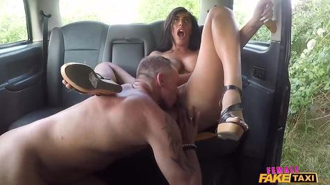 В машине пышногрудую блядь самец трахает