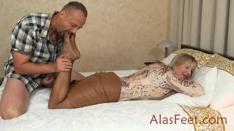 Kissing mature woman feet fetish