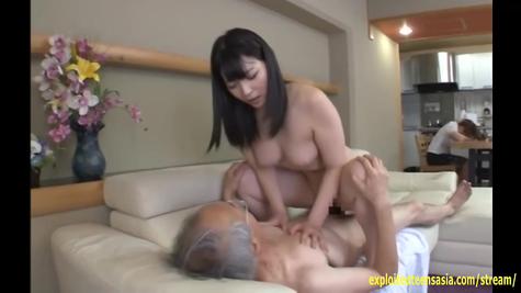 Старый азиат трахается с молодой японской красавицей