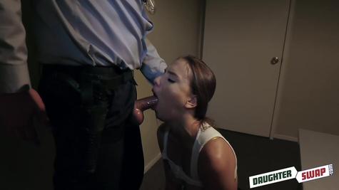 Полицейский отлично телочку ебенит, классная  ебля