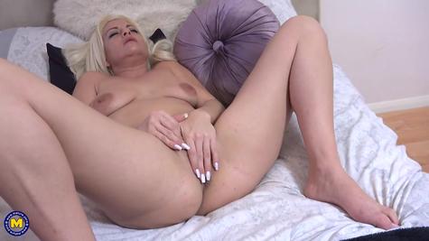 Мама мастурбирует пизду, соло от зрелой блондиночки