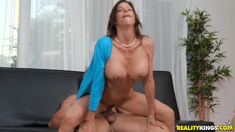 Опытный жеребец грудастую зрелую маму отлично трахает