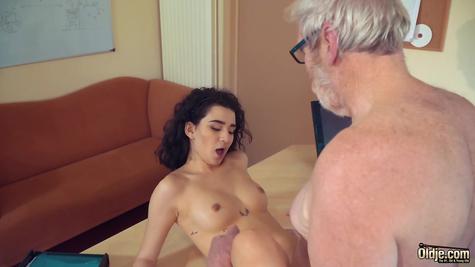 Молодую девушку дед круто трахает