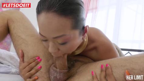 Жестко азиатку сучку трахает в жопу