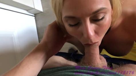 Грудастую блондиночку неплохо  ебенит