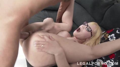 Блондинка шаболда принимает хуй в анальный  проход